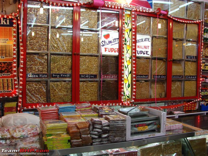 ร้านข้างทางไป Mumbai High way ก็จะมีขนมถั่วตัดขายและมีให้เลือกตามใจชอบ