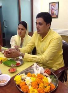 คุณ A.J Mishra สามีและคุณฝน กำลังทำพิธี Puja ที่สำนักงานแห่งใหม่